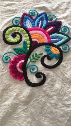 Flor fantasía bordada para almohadón
