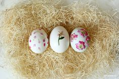 We can't get enough of these dainty and adorable pressed flower Easter eggs.