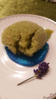 Matcha-Kokos-Sorbet an blau-beschwipster Birne