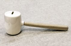 Siamo abituati a pensare all'emergency hammer come a quel piccolo martello rosso posizionato in prossimità dei finestrini o delle uscite di sicurezza dei mezzi pubblici da utilizzare,  come ci ricorda l'apposito segnale, solo in caso di emergenza.