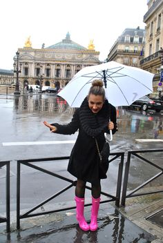 hunter boot outfit, bright pink glossy hunter boots, black outfit in Paris, more on my blog : madamedaniel.wordpress.com