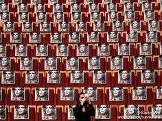 #P#2016年10月17日-法国里昂第八届卢米埃尔电影节开幕前一名观众站在法国著名演员凯瑟琳德纳芙的座位前拍照摄影师Jeff Pachoud  分享自@iWeekly周末画报