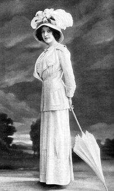 Đây cũng là 1 phong cách thời trang điển hình của thập niên 1910,người phụ nữ thường mặc áo vest kết hợp vs chân váy dáng dài,ở phần áo vẫn có chiết eo để tôn lên đường cong của người phụ nữ,màu sắc sử dụng đơn giản,thường là đơn sắc và rất ít họa tiết ( loại ảnh: đen trắng )