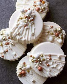 white chocolate covered oreos with rose gold White Chocolate Oreos, Chocolate Covered Treats, Chocolate Pack, Oreo Pops, Oreo Cake, Oreo Cookies, Dipped Oreos, Savoury Cake, Fancy Desserts