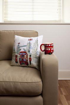 Cojín London. Autobuses y guarda real de Londres. Ambienta tu sofá a lo británico. #cojines #turisticos #ciudades #londres