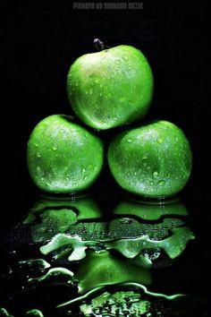 Green Reflection, by Suehana Suzie Photographer World Of Color, Color Of Life, Go Green, Green Colors, Colours, Green Fruit, Green Eyes, Fotografia Macro, Still Life Photography