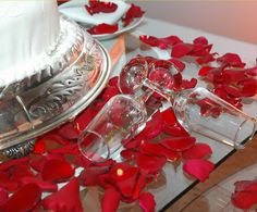 There are lots of ways to decorate wedding cake tables, but you should use your overall wedding theme and d�cor as a guide. Description from reception-wedding.com. I searched for this on bing.com/images