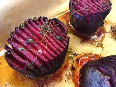 Sådan ser de færdigbagte hasselback rødbeder ud. De er både enormt flotte at sætte på bordet, og samtidig er de særdeles sunde. Foto: Madensverden.dk.