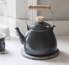 A lovely traditional style stove kettle. Crafted from enamel this stove top kettle is a great size with a capacity and comes is a soft grey colour. Suitable for a gas hob or farmhouse range. Small Basement Design, Basement Flat, Old Fashioned Kitchen, Style Kinfolk, Modern Townhouse, Country House Interior, Wood Burner, White Enamel, Wooden Handles