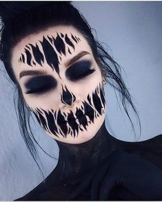 Are you looking for inspiration for your Halloween make-up? Browse around this website for creepy Halloween makeup looks. Fröhliches Halloween, Creepy Halloween Makeup, Halloween Inspo, Scary Makeup, Ghost Makeup, Cool Makeup, Amazing Halloween Costumes, Couples Halloween, Halloween Images