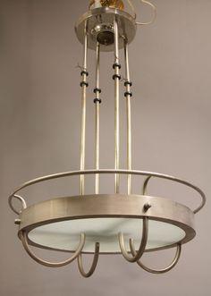 Deckenleuchte Art Déco  Frankreich  Metall, vernickelt und verchromt, einliegende strukturierte Glasscheibe, Bakelit. H. 70 cm.[mehr]  Limit:400,- Euro