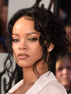 Rihanna | The Best Makeup On The MTV Movie Awards Red Carpet