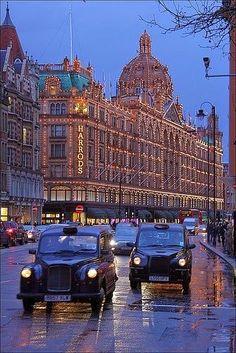 Harrods ist ein Kaufhaus in London. Hier gibt es Luxus und jede Menge teures Zeugs. Bsp: Ein Stoffbeutel zum Einkaufen 15 Pfund. Aber man kommt hier auch nicht hin zum Einkaufen, sondern zum schauen. Die verschiedenen Abteilungen sind toll dekoriert und es ist ein Erlebnis die Etagen zu durchstöbern.