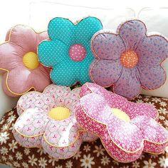 Cute pillows for a girl's room. Cute Pillows, Diy Pillows, Decorative Pillows, Fabric Crafts, Sewing Crafts, Sewing Projects, Projects To Try, Diy Couture, Cushion Fabric