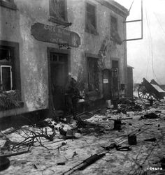 17th Airborne Division is know in the Great Dutchy of Luxembourg. The Battle of the Bulge and Rhineland campaign arrived to its end for the unit ! This official US Army photo illustrates the violence of the fightings in this area. This anonymous 17th AB trooper standing in the front of the Café Bertemes investigates a German MG42 machinegun. The scene is probably located between the cities of Marnach and Marbourg, not far from Hosingen and Our river at the end of January or early February…