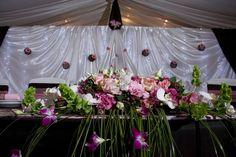 Rózsaszín-fehér virágos asztaldísz az esküvői főasztalra. A pár egyedi igényei szerint készült.  Hasonlóra van szükséged az esküvődre? Saját ötleteidet szeretnéd megvalósítani a virágdekorációdban is? Segítünk! http://eskuvoidekor.com/viragok