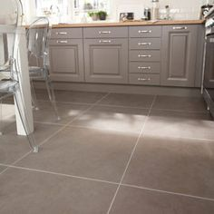 Carrelage int rieur saloon en gr s c rame maill gris for Carrelage taupe