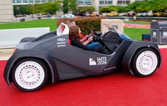 """Você já viu impressoras 3D criarem próteses e até mesmo casas. Agora é a vez de revolucionar a indústria automotiva e a forma com que você compra um automóvel. Já pensou em chegar na loja e escolher o modelo, a cor e todos os atributos do seu carro, podendo tê-lo em mãos em até 44 horas? Esse é o objetivo da Local Motors, empresa que deu origem ao primeiro carro impresso em 3D da história. Chamado de Strati (""""Camadas"""", em italiano), o veículo é formado por 49 partes, contra 5 mil partes de…"""
