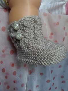 BOTAS DE BEBE Parecidas a estas botas las he visto por internet pero el tutorial que encontré creo que estaba en ruso o sea imp... Knit Slippers Free Pattern, Baby Shoes Pattern, Knitted Slippers, Baby Patterns, Knitting Patterns, Knit Baby Shoes, Knit Baby Booties, Crochet Shoes, Baby Boots