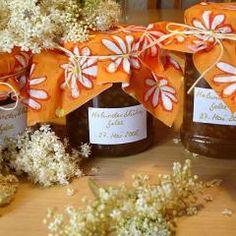 Holunderblütengelee Rezept - [ESSEN UND TRINKEN] Koi, Food And Drink, Gift Wrapping, Table Decorations, Bottle, Gifts, Sweet, Apple Juice, Syrup