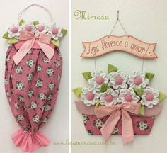 Projeto Puxa-Saco e Enfeite com Vaso de Flores Sewing Crafts, Sewing Projects, Projects To Try, Kitchen Towels Hanging, Diy And Crafts, Arts And Crafts, Fabric Wreath, Diy Wood Signs, Shabby Chic Pink