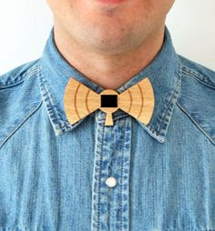 Bowtie 100% designed and made in Italy. 100% Oak Wood and black Velvet. Unisex accessory to use as a classic bow tie, necklace but also as a hair band or belt. #bowtie #accessories #papillon #woodenaccessories #designaccessories #socialdesign #artbowties #woodenbowties #shopbowties