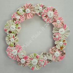 'Paris' yo-yo wreath - The Supermums Craft Fair--very cute Wreath Crafts, Diy Wreath, Fabric Crafts, Sewing Crafts, Fabric Glue, Quilting Projects, Sewing Projects, Crafts To Make, Arts And Crafts