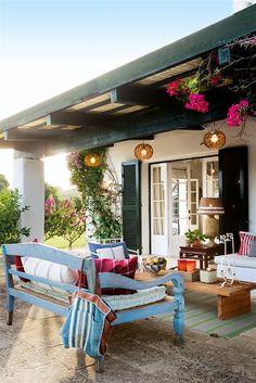 Muy colorido  El porche se ha decorado sin miedo al color ni a los estampados. La mezcla da un toque original y divertido. El mueble