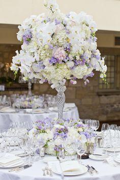 Lindo arranjo de flores branco e tons de lilas. Delicadeza e elegancia na melhor combinação.