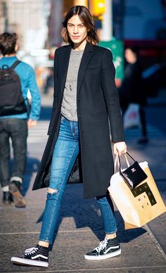 Alexa Chung wears a gray sweater, long black coat, skinny jeans, and high-top Vans sneakers - Women's Style Today Sneakers Looks, Sneakers Mode, Vans Sneakers, Sneakers Style, Black Sneakers, Jeans And Sneakers Outfit, Sweater And Jeans Outfit, Vans Style, Sweaters And Jeans