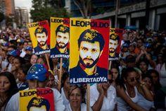 """La ONG Foro Penal Venezolano (FPV) calificó hoy de """"positiva"""" la liberación de cinco opositores encarcelados en el marco del diálogo entre el Gobierno de Venezuela y la oposición, pero aseguró que se utiliza a quienes considera """"presos políticos"""" como """"fichas de negociación"""". """"Al día de hoy aún tenemos 108 presos políticos en Venezuela (…) ..."""