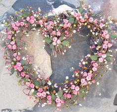 Pretty pink heart wreath for Valentine's Day! Roses Valentines Day, Valentine Wreath, Valentine Crafts, Wreath Crafts, Diy Wreath, Door Wreaths, Wreath Ideas, Rosa Rose, Deco Floral