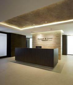 of Harasic & López Headquarters / EGBARQ - 13 Image 13 of 19 from gallery of Harasic & López Headquarters / EGBARQ. Photograph by Felipe FontecillaImage 13 of 19 from gallery of Harasic & López Headquarters / EGBARQ. Photograph by Felipe Fontecilla Corporate Office Design, Law Office Design, Office Reception Design, Modern Reception Desk, Modern Office Design, Corporate Interiors, Reception Areas, Office Interior Design, Office Interiors