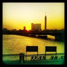 Atardece en la capital de #Egipto. El #Nilo sigue su caminar inmutable. Un lujo a precio low cost: navegar en feluca.