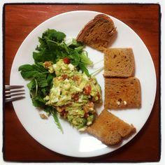 Avocado + tomaat + lente-uitje + ei = een overheerlijke energierijke lunch! Smakelijk!