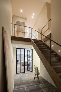 Stalen balustrade (trap), witgeschilderde trap, stalen deuren tussen gang en eetkamer. Dallen ook in de gang door laten lopen naar eetkamer (en woonkamer/keuken)