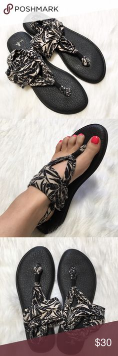 Sanuk Yoga Mat Sandals in Floral Print The softest material on top of a yoga mat sole.... so comfortable! Thong style with ankle strap. In great used condition, with only wear on the bottom. Size 10. Sanuk Shoes Sandals
