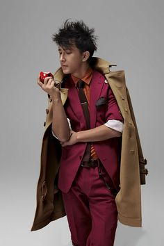 Han Geng this costume is so bizzare but he pulls it off perfectly
