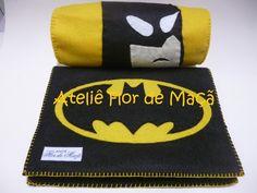 Que tal ofertar a seu filho um caderno com capa em feltro e respectivo estojo para lápis, tendo como tema o seu personagem preferido? Neste caso o tema escolhido é o Batman.