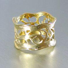 Gouden ring breed trouwring gestructureerde kant door HadasGold, $339.00