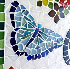 As flores coloridas sempre nos remetem a momentos alegres, a boas energias. E quando vemos uma borboleta então, um sentimento de felicidade e de leveza nos invade!    Essa placa com número residencial é feita em base de cerâmica, com colas e argamassas especiais para áreas externas . O mosaico é ...