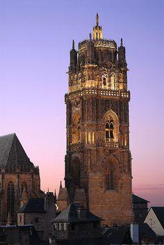 Cathédrale de Rodez Ville France, Religious Architecture, French Countryside, Beautiful Places To Visit, Kirchen, France Travel, Toulouse, Paris France, Places To Go