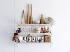 Disco an der Küchenwand... . Mein Lieblings-Regal für die #instagraminteriorchallenge von Lilli @kitschcanmakeyourich  und Tag 26  #shelf #iicshelf #shelfie - gut gefüllt mit vielen Lieblingsteilen  Holz Flohmarktfunde Geschenke Gekauftes... . . My fav shelf in my kitchen... . . . #kitchen #kitchenstuff #kitchendetails #onthewall #stringfurniture #tillandsien #tillandsia #louisianamoos #holz #holzliebe #homedecor #tv_living #germaninteriorbloggers #solebich #blogger_de #blogger_deutschland…