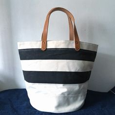 Made with off white canvas.Canvas from OKAYAMA. This canvas made with old shuttle loom. A finely woven canvas. White canvas with black line.  INDBNP_0387 W39cm H30cm D24cm Handle37cm