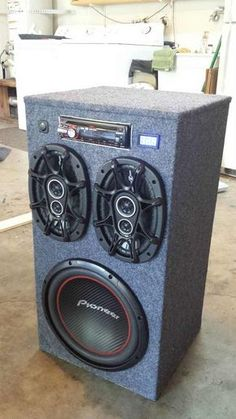 DIY - Portable Stereo/Gigantic BOOM Box for your house, Garden, or your local Stadium 😆. This thing looks like it can take down enemy fighter planes . Diy Subwoofer, Subwoofer Box Design, Speaker Box Design, Radios, Diy Electronics, Electronics Projects, Electrical Projects, Diy Boombox, Poste Radio