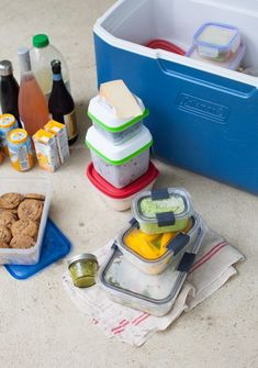 The best cooler hacks for a picnic at the beach - Simple Bites Beach Picnic Foods, Kids Picnic, Beach Meals, Picnic At The Beach, Picnic Ideas, Beach Kids, Beach Day, Backyard Cookout, Packing A Cooler