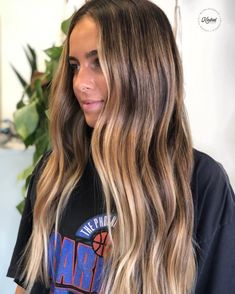 Are you going to balayage hair for the first time and know nothing about this technique? Or already have it and want to try its new type? We've gathered everything you need to know about balayage, check! Blonde Hair Looks, Balayage Hair Blonde, Sunkissed Hair Brunette, Blonde Brunette Hair, Brunette Blonde Highlights, Balyage Hair, Balayage Hair Caramel, Bronde Balayage, Pretty Brunette