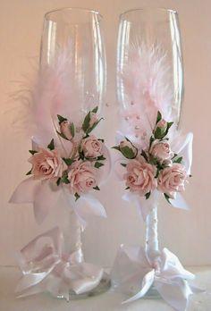 Se decoran las copas no sólo para preparar un regalo para los novios, también para aportar ambiente a la fiesta.  Si habéis decidido organ...