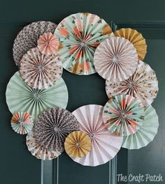 Accordion Fold Paper Wreath Make this wreath any color for any holiday. It's made of scrapbook paper! DIY cheap wreath The post Accordion Fold Paper Wreath appeared first on Paper ideas. Scrapbook Paper Projects, Diy Scrapbook, Scrapbooking Ideas, Scrapbook Paper Flowers, Scrapbook Layouts, Pinterest Origami, Pinterest Crafts, Cheap Wreaths, Fall Wreaths