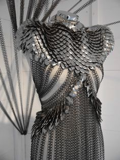 Chain mail and scale mail mix dress. much work in that. but it looks cool. Samurai Girl, Costume Original, Scale Mail, Yennefer Of Vengerberg, Armadura Medieval, Female Armor, Foto Fashion, Fringe Fashion, Fantasy Armor